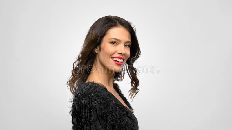 Jovem mulher bonita feliz no vestido de partido preto foto de stock royalty free