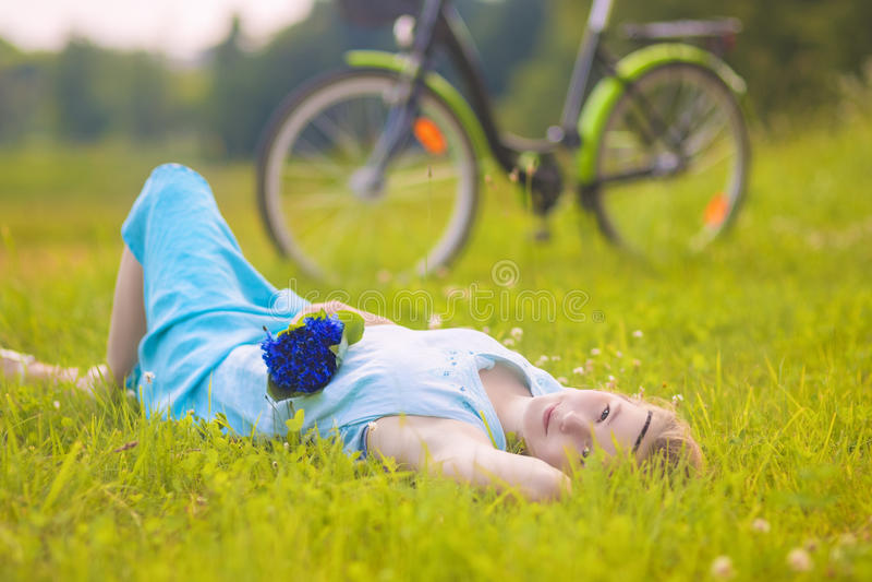 Jovem mulher bonita fora Menina de relaxamento calma em Gras verde imagem de stock royalty free