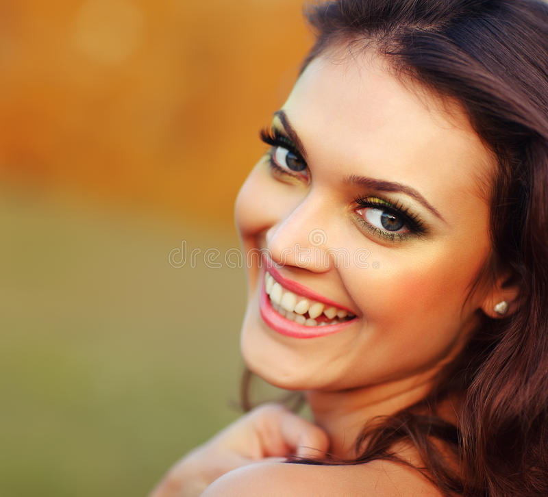 Jovem mulher bonita fora. Sorriso saudável fotos de stock royalty free