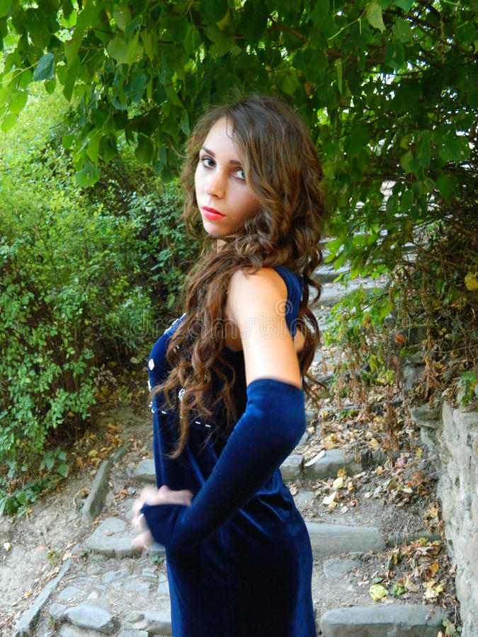 Jovem mulher bonita, levantando no vestido azul profundo imagens de stock royalty free