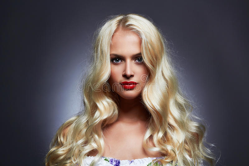 Jovem mulher bonita luxuosa com cabelo louro da onda saudável imagens de stock royalty free