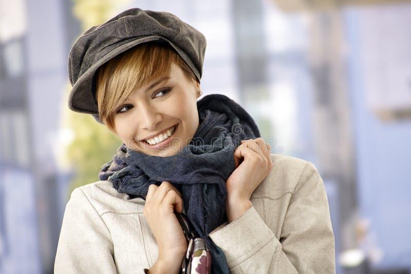 Jovem mulher bonita na luz do sol do inverno fotografia de stock