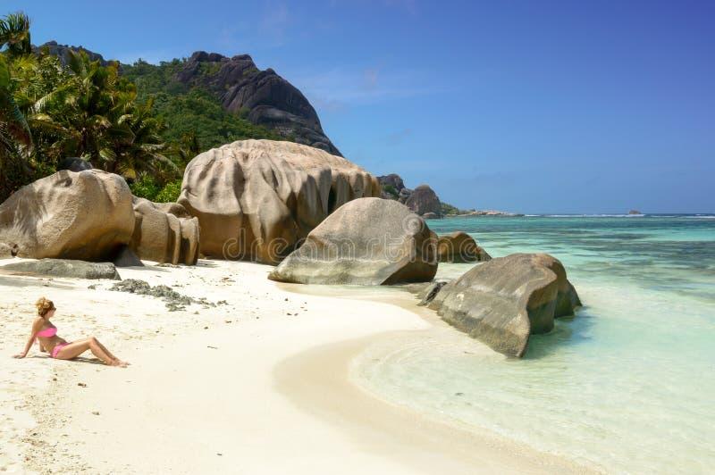 Jovem mulher bonita na praia tropical de Seychelles foto de stock