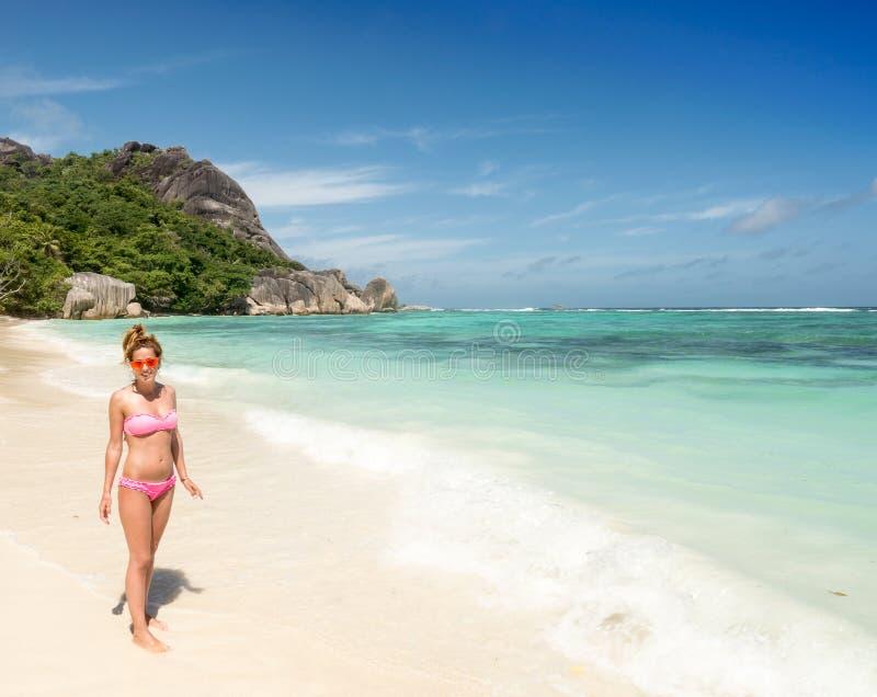 Jovem mulher bonita na praia tropical de Seychelles imagens de stock