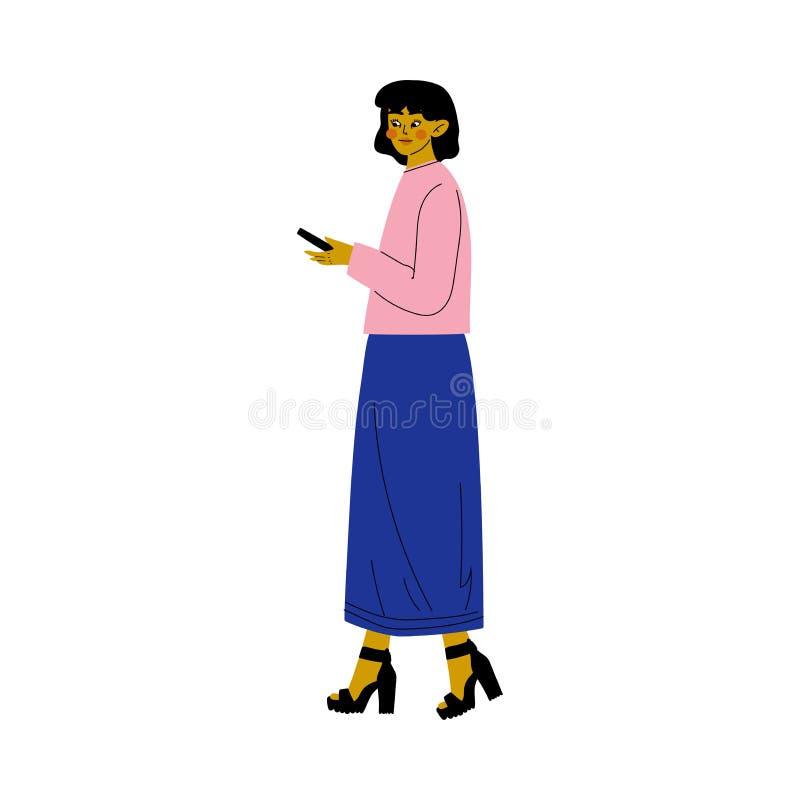 Jovem mulher bonita na roupa ocasional que anda com ilustração do vetor de Smartphone ilustração do vetor