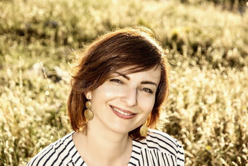 Jovem mulher bonita natural que levanta no prado do verão, tonificado pH imagens de stock