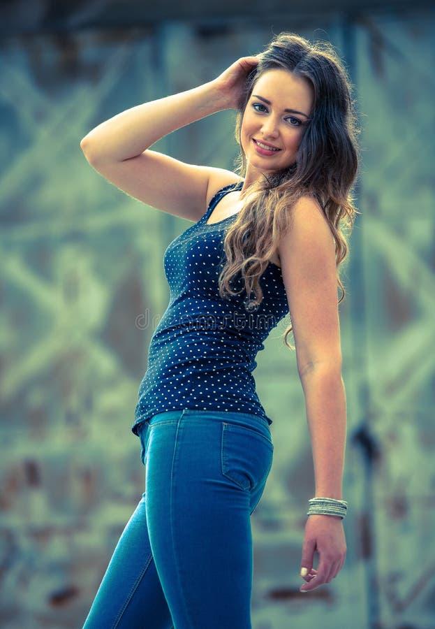 Jovem mulher bonita no ambiente urbano fotografia de stock royalty free