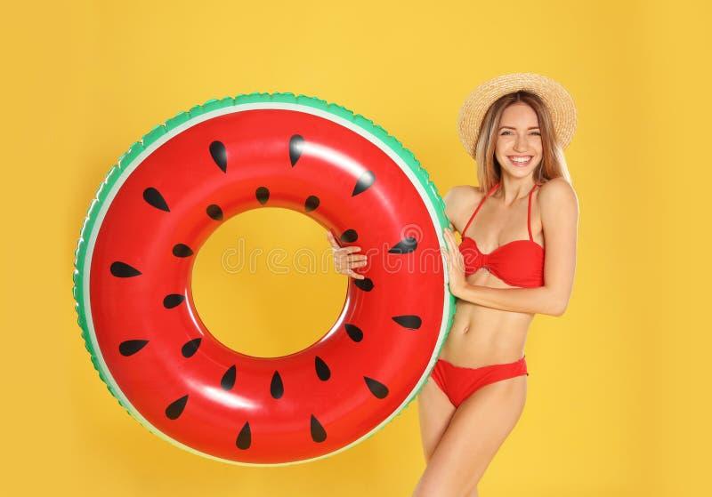 Jovem mulher bonita no biquini à moda com anel inflável da melancia imagens de stock royalty free