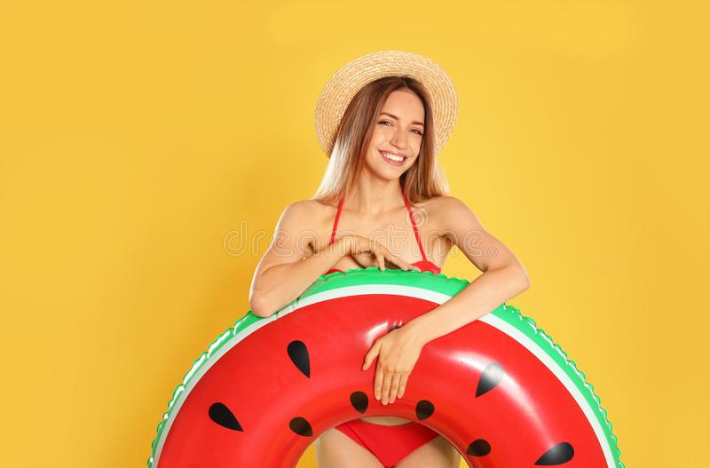 Jovem mulher bonita no biquini à moda com anel inflável da melancia imagem de stock royalty free