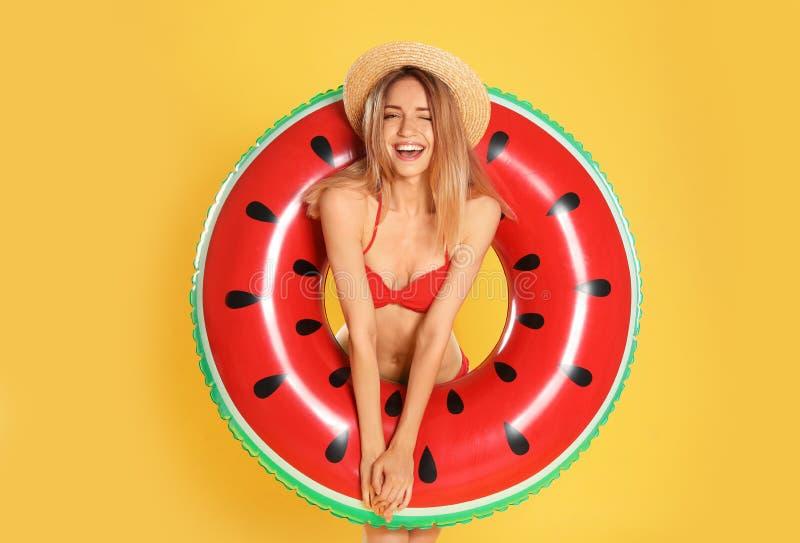 Jovem mulher bonita no biquini à moda com anel inflável da melancia fotos de stock royalty free