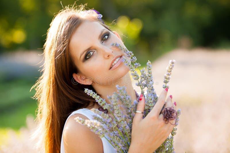 Jovem mulher bonita no campo do lavander - menina do lavanda imagens de stock