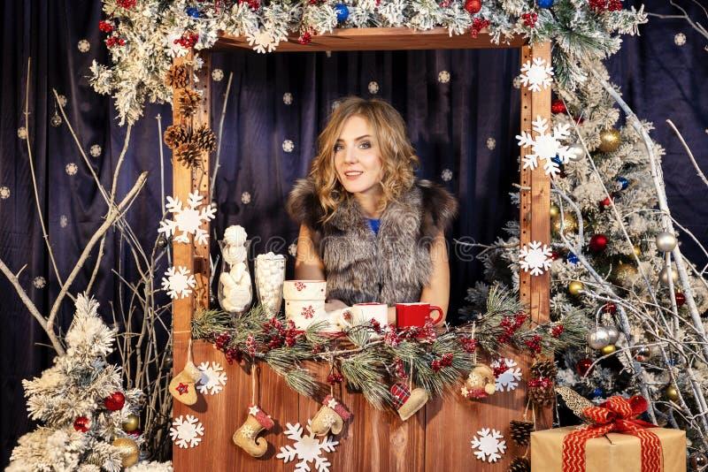 Jovem mulher bonita no cenário de ano novo fotos de stock royalty free