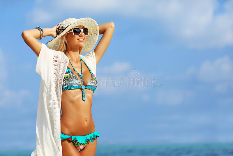 Jovem mulher bonita no chapéu elegante e nos óculos de sol que levantam sobre foto de stock royalty free