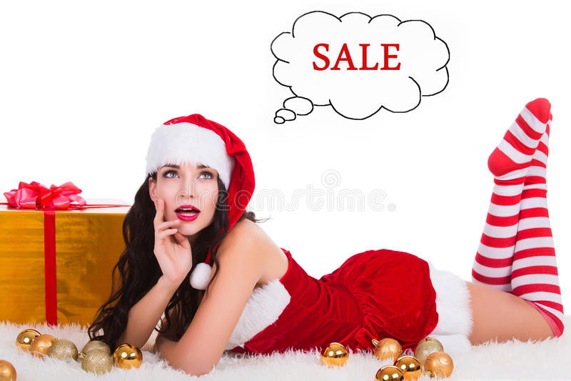 Jovem mulher bonita no desgaste do Natal que sonha sobre a venda e que compra como o presente Isolado no branco imagem de stock