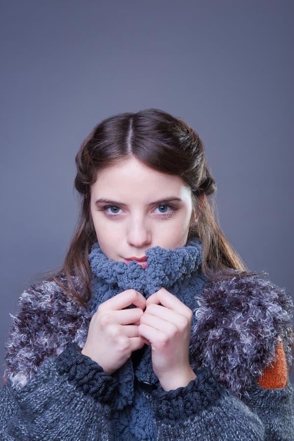 Jovem mulher bonita no equipamento colorido do inverno imagem de stock