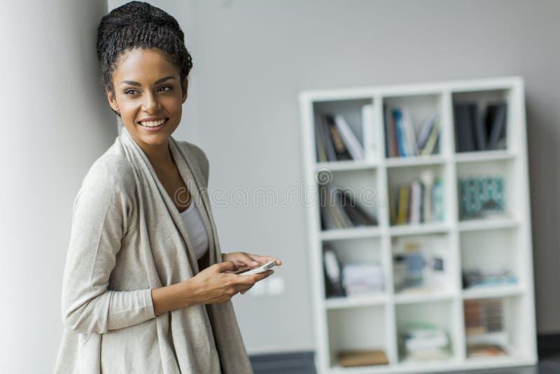 Jovem mulher bonita no escritório imagens de stock
