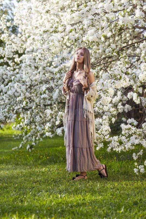 Jovem mulher bonita no estilo longo do boho do vestido no un da grama verde imagem de stock