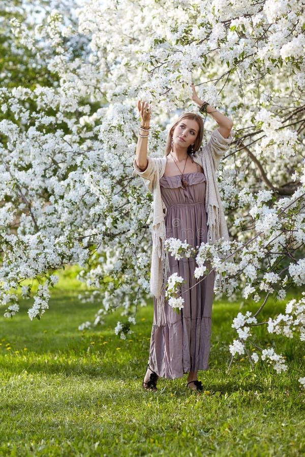 Jovem mulher bonita no estilo longo do boho do vestido no un da grama verde fotos de stock royalty free