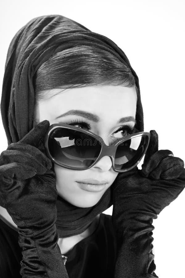 Jovem mulher bonita no estilo retro fotografia de stock
