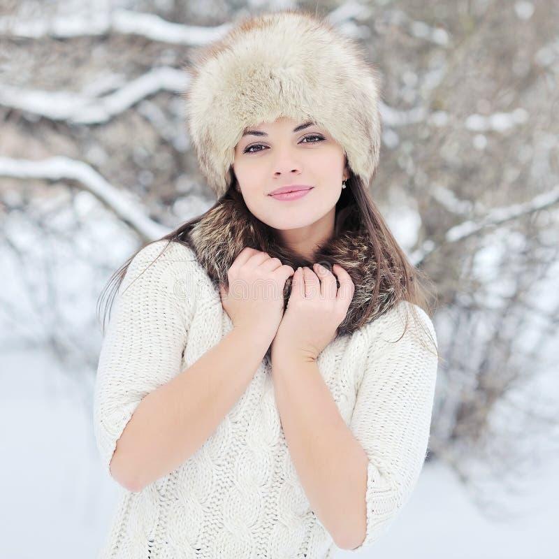 Jovem mulher bonita no fim do chapéu do inverno acima fotografia de stock