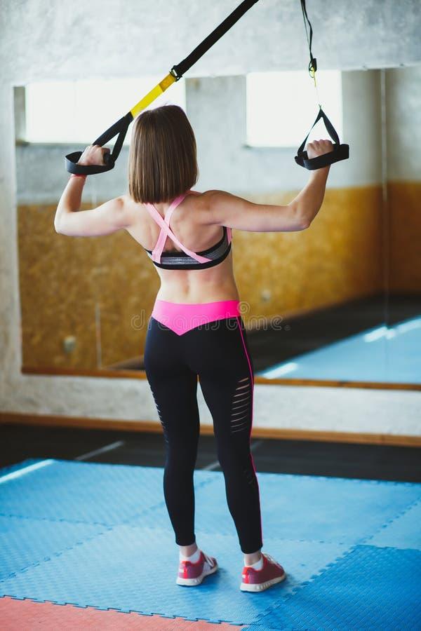 Jovem mulher bonita no gym imagens de stock