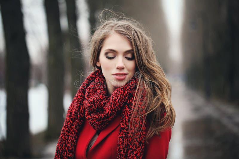 Jovem mulher bonita no lenço vermelho fora no parque foto de stock royalty free