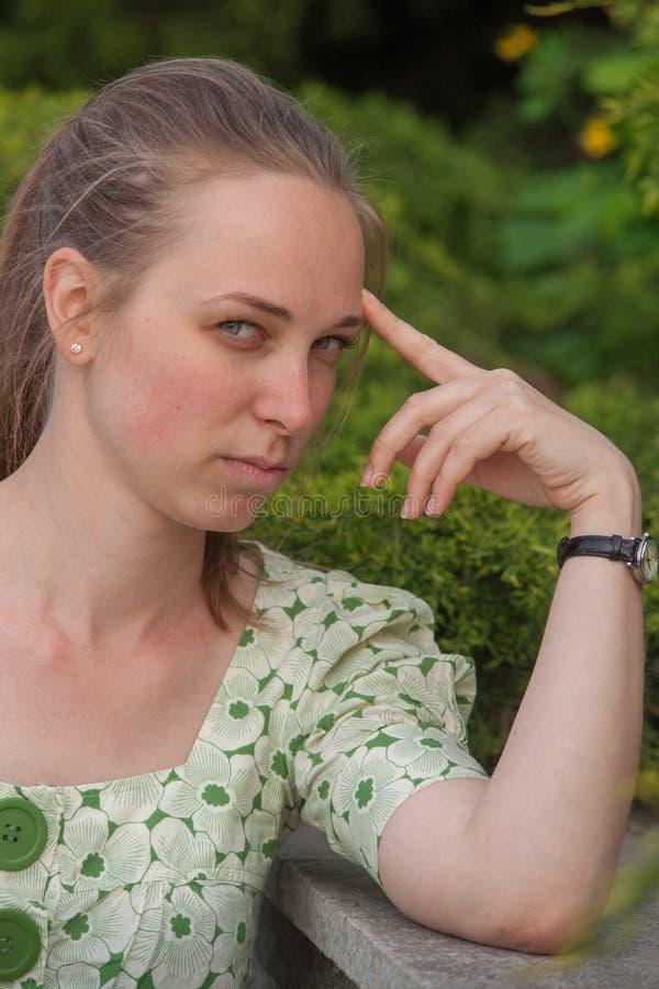 Jovem mulher bonita no parque no verão fotografia de stock