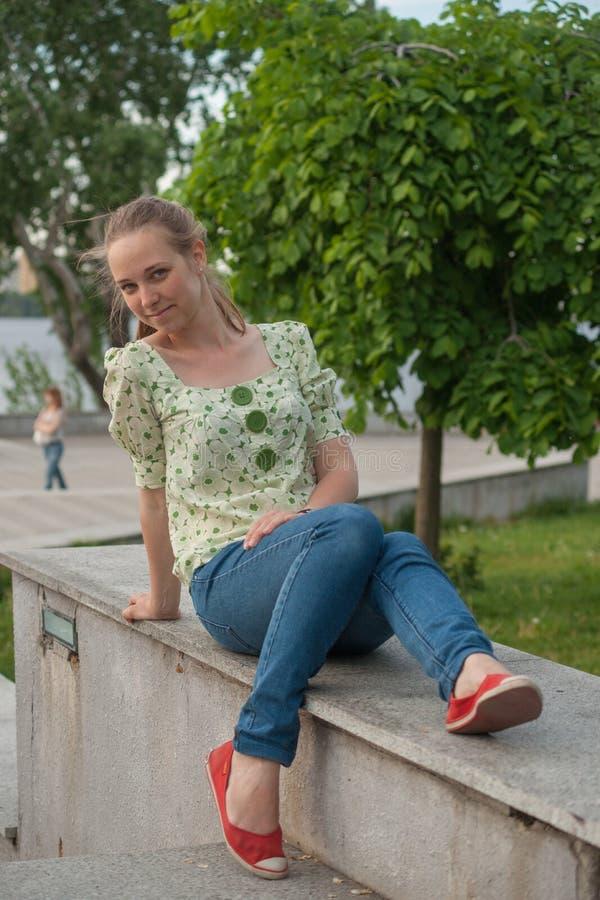 Jovem mulher bonita no parque no verão fotografia de stock royalty free