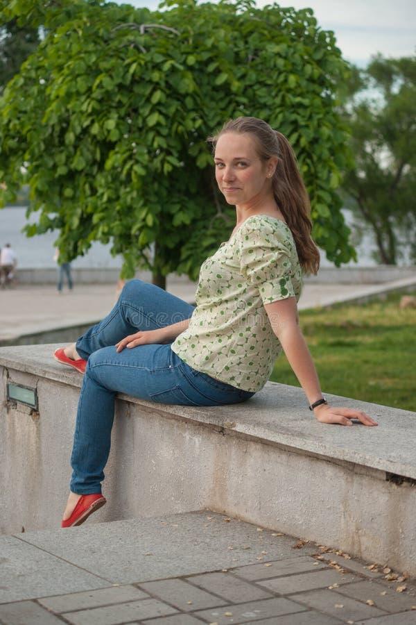 Jovem mulher bonita no parque no verão fotos de stock royalty free