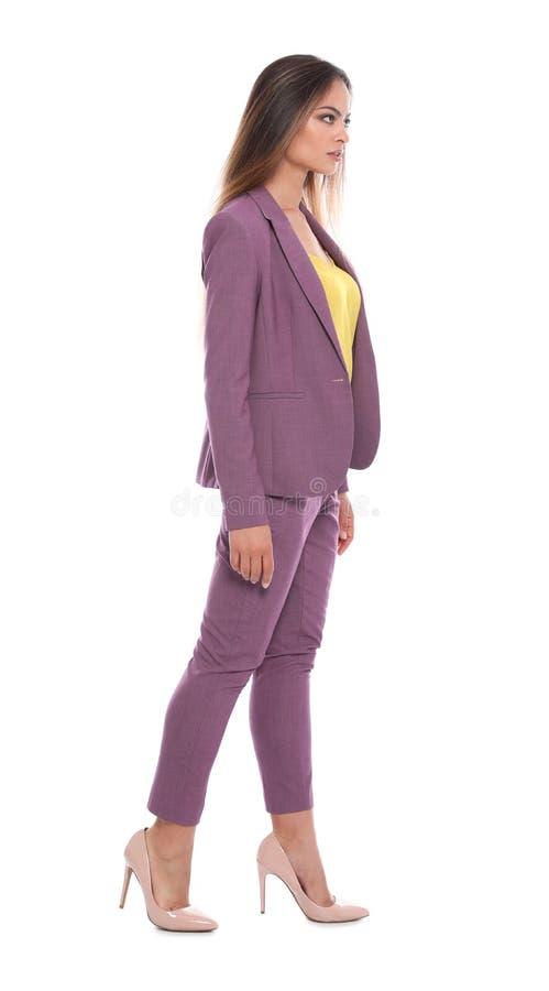 Jovem mulher bonita no passeio do terno de negócio imagens de stock
