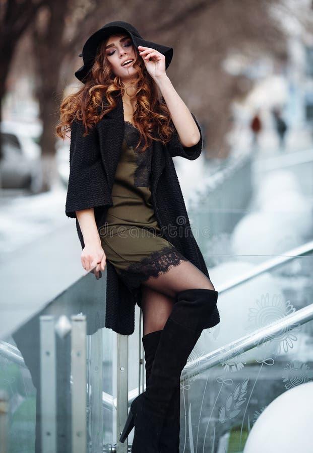 Jovem mulher bonita no revestimento do preto da forma, chapéu, vestido do laço imagem de stock royalty free