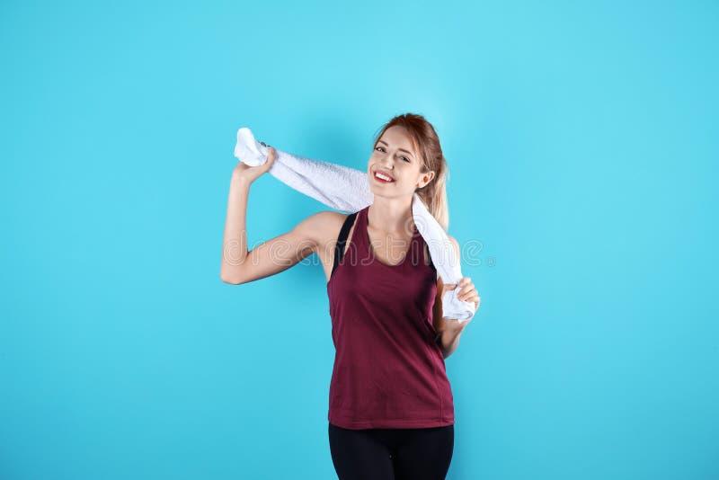 Jovem mulher bonita no sportswear com toalha imagem de stock