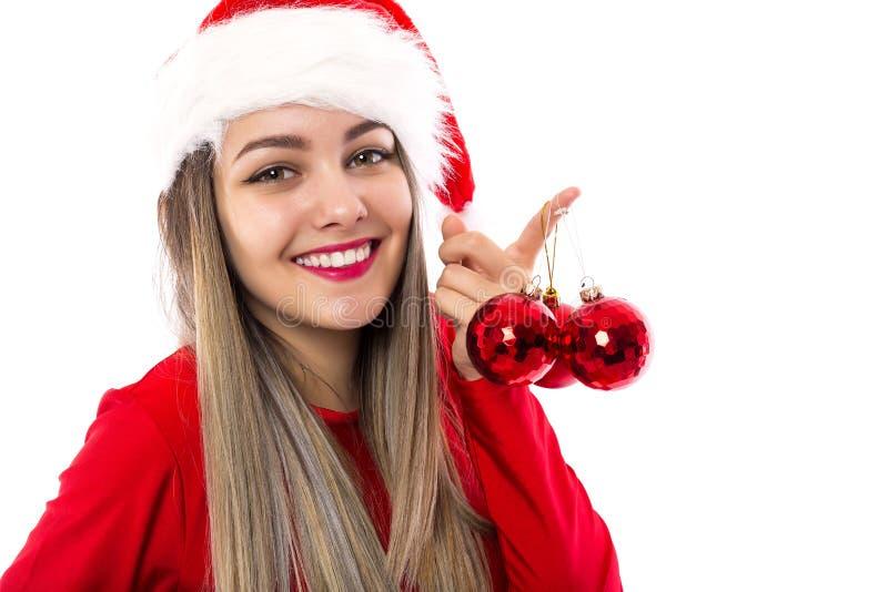 Jovem mulher bonita no traje de Santa Claus que guarda o christm vermelho fotos de stock royalty free