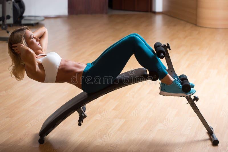 Jovem mulher bonita no treinamento da roupa dos esportes imagens de stock royalty free