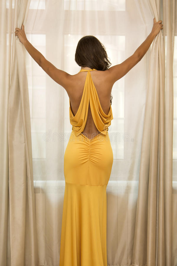 Jovem mulher bonita no vestido imagens de stock