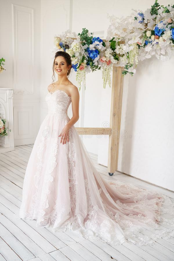 Jovem mulher bonita no vestido de casamento, imagem romântica da noiva, composição bonita e penteado imagem de stock
