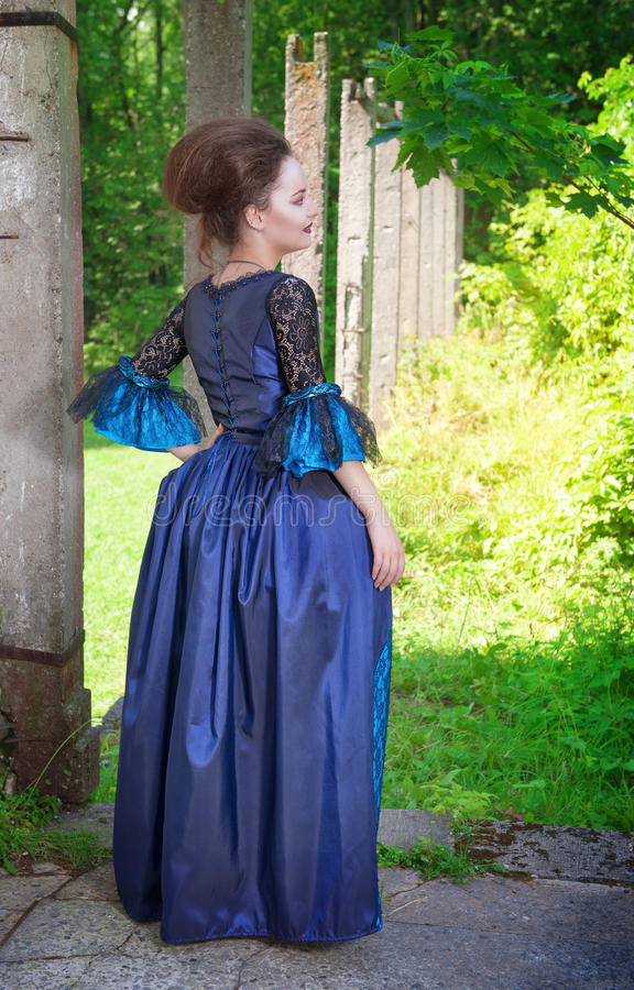 Jovem mulher bonita no vestido medieval azul fotografia de stock
