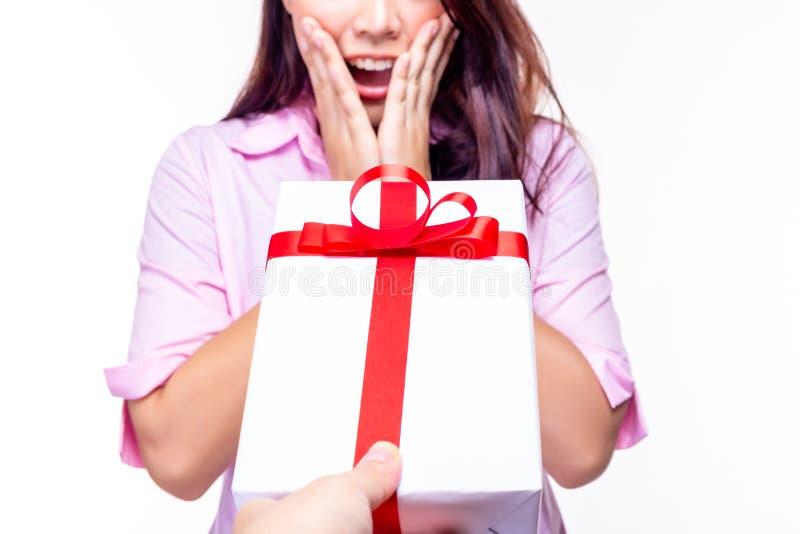 A jovem mulher bonita obtém surpreendida quando seu noivo dá o presente do presente à amiga bonita É comemorado da união imagem de stock royalty free