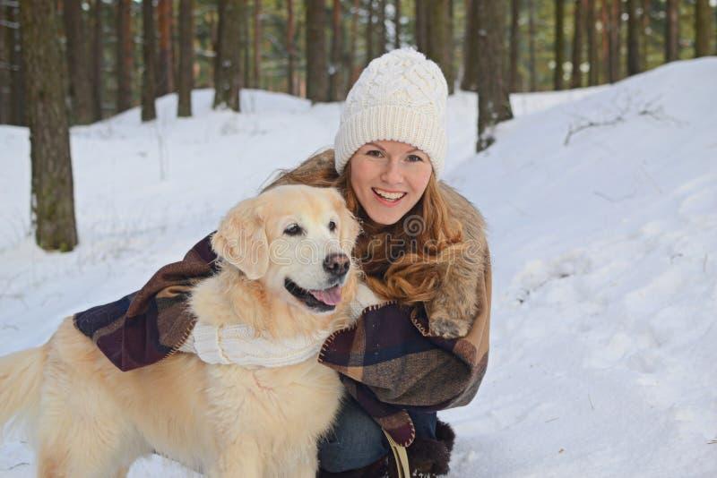 Jovem mulher bonita que anda com seu cão fotografia de stock