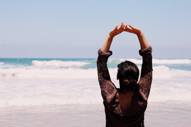 Jovem mulher bonita que anda na praia imagem de stock royalty free