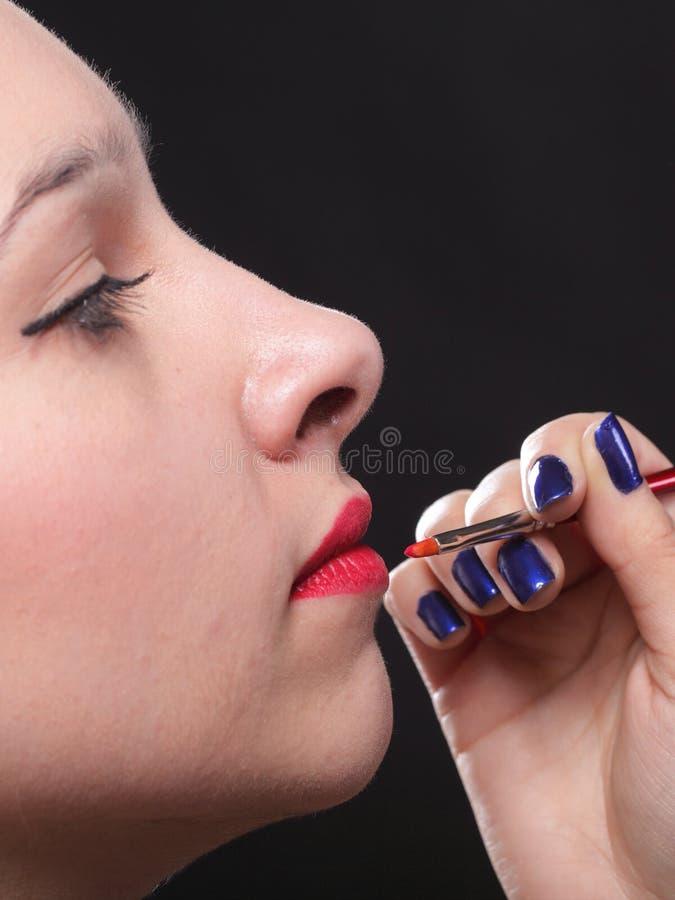 Jovem mulher bonita que aplica a zona da composição dos bordos foto de stock royalty free