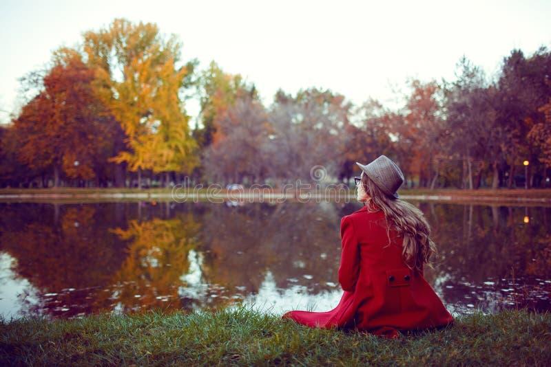 Jovem mulher bonita que aprecia o outono imagens de stock
