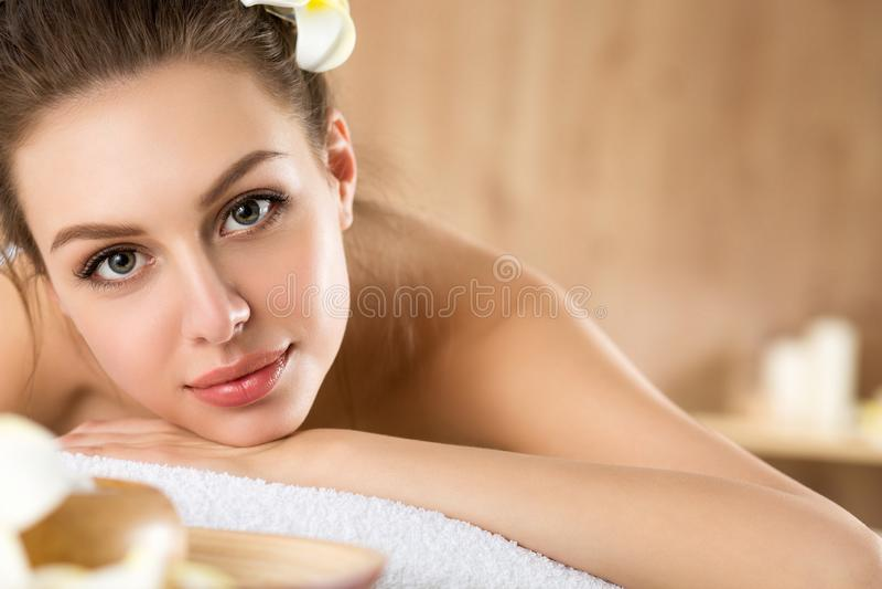 Jovem mulher bonita que coloca no salão de beleza dos termas fotos de stock royalty free