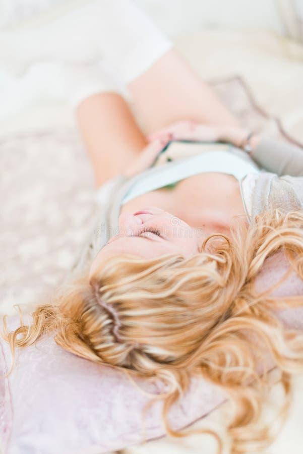 Jovem mulher bonita que dorme com livro imagem de stock