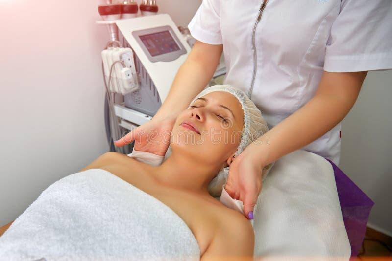 Jovem mulher bonita que encontra-se na massagem imagem de stock
