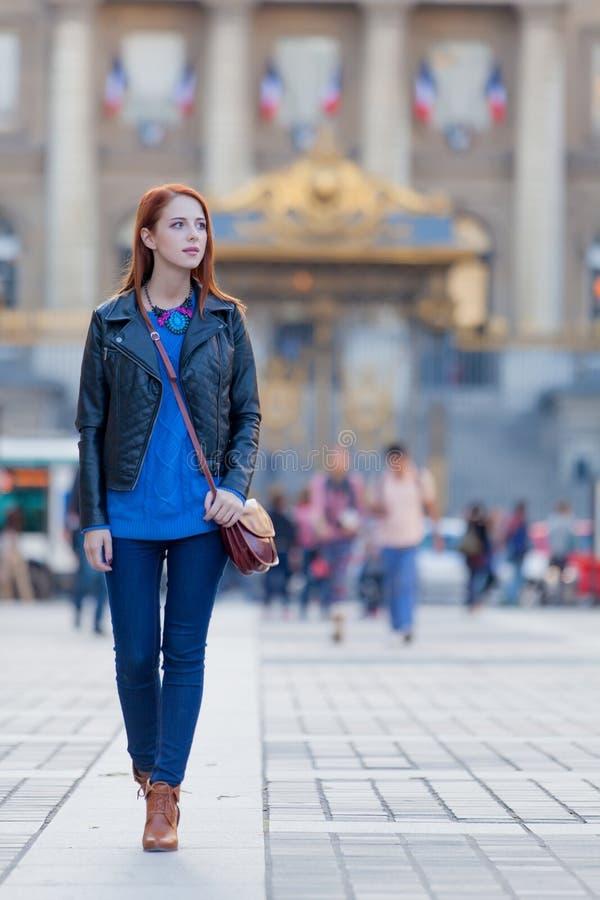 Jovem mulher bonita que explora a cidade foto de stock royalty free