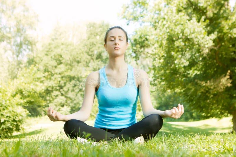 Jovem mulher bonita que faz a ioga imagens de stock royalty free