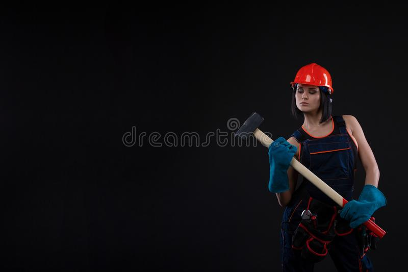Jovem mulher bonita que faz reparos em casa Retrato de um trabalhador da construção fêmea Construção, conceito do reparo fotografia de stock royalty free