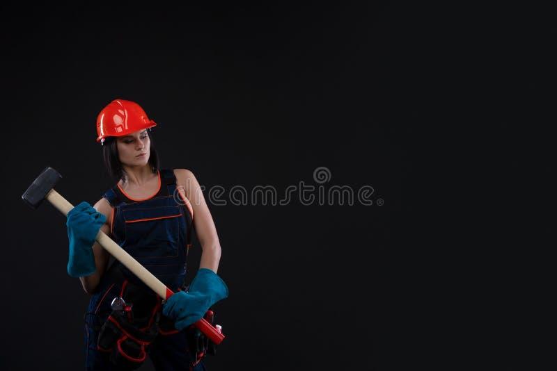 Jovem mulher bonita que faz reparos em casa Retrato de um trabalhador da construção fêmea Construção, conceito do reparo fotografia de stock