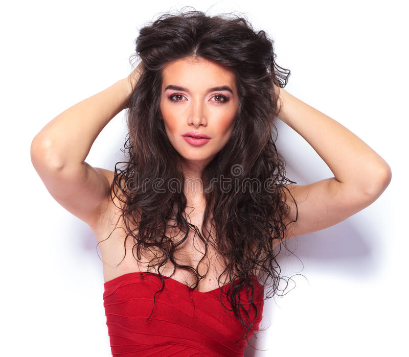 Jovem mulher bonita que fixa seu cabelo imagem de stock royalty free